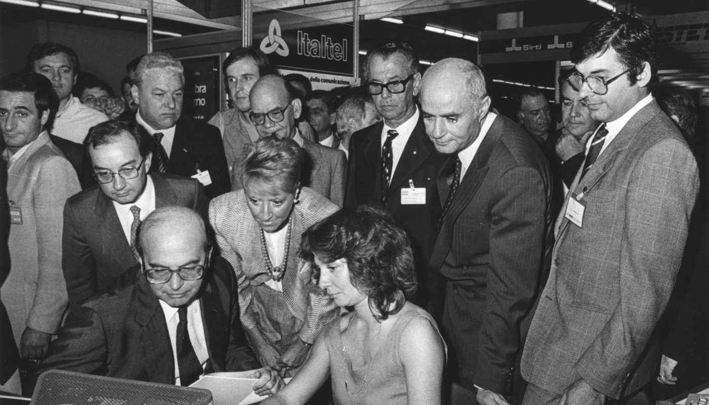 Marisa Bellisario con Bettino Craxi e il sindaco Tognoli in visita allo stand Italtel presso lo Smau a Milano. 1984